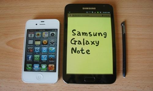 सैमसंग गैलेक्सी नोट और आईफोन 4एस में छिड़ी जंग