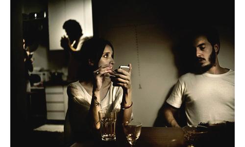 स्मार्टफोन से दूर होते जा रहें है पति, पत्नी और प्रेमी, प्रेमिका