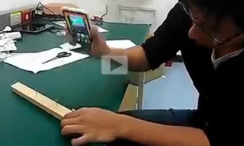 देखें वीडियो: हथौड़े की जगह स्मार्टफोन से गाड़ी कील