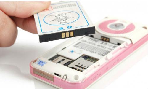 फोन में कैसे बदलें बैटरी और सिम कार्ड