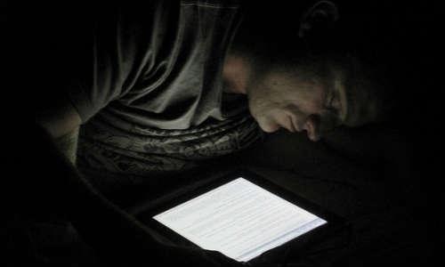 अच्छी नींद लेनी हैं तो स्मार्टफोन की स्क्रीन ब्राइटनेस रखें कम