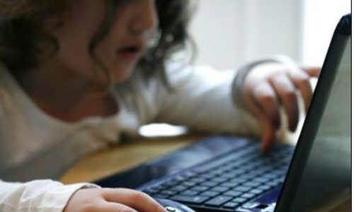 ब्रिटेन के आधे किशोर इंटरनेट की लत से ग्रस्त