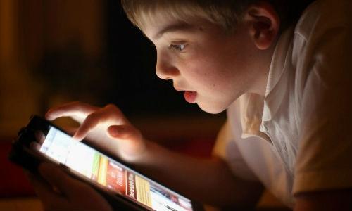 ब्रिटेन : 10 में से 6 बच्चों के पास टैबलेट