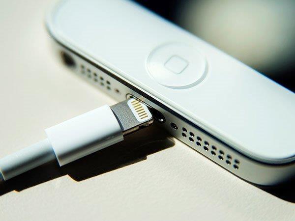 सावधान रहें, स्मार्टफोन के चार्जर हो सकते हैं घातक