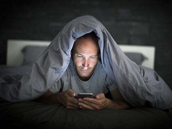 तो क्या आपकी नींद भी ख़राब कर रहे हैं स्मार्टफोन?