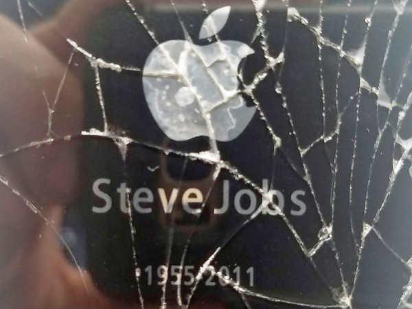 जानिए क्यों इस छह साल पुराने टूटे आईफोन की कीमत है $149,999!