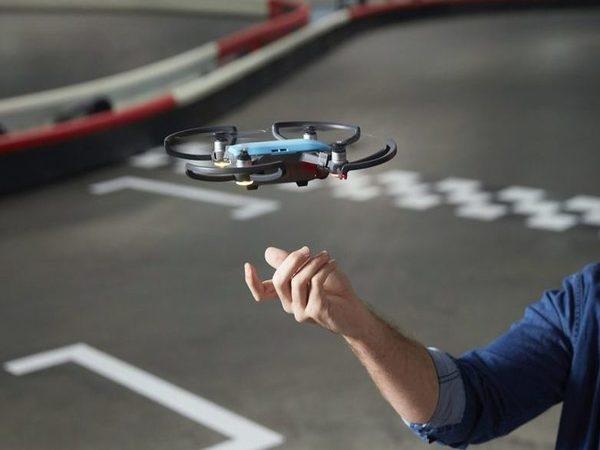 हाथ के इशारे से  चलेगा DJI का सेल्फी Spark ड्रोन