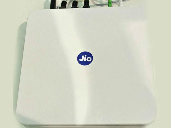जियो फाइबर ब्रॉडबैंड:  100 जीबी डेटा, 1 GBPSस्पीड मात्र 500 रुपए में