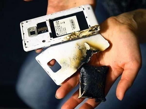 फोन में दिख रहे हैं ये लक्षण, तो कभी भी फट सकती है बैटरी