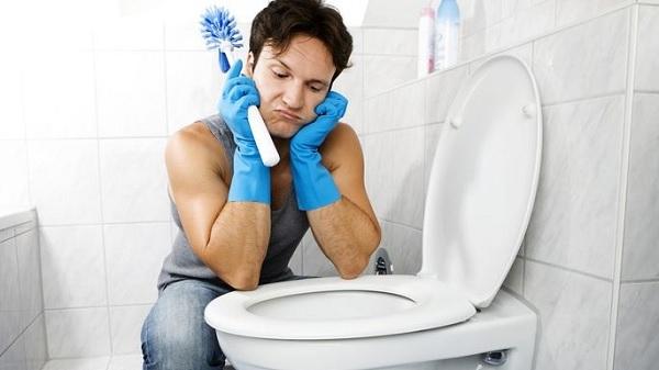 स्मार्टफोन की वजह से 5:30 घंटे तक टॉयलेट में फंसा रहा शख्स
