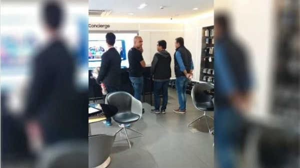 Xiaomi vs Samsung: शाओमी इंडिया के मैनेजिंग डायरेक्टर सैमसंग स्टोर पर क्यों गए...?