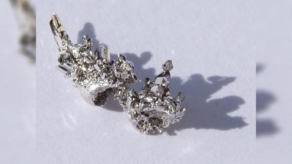 सोने से भी ज्यादा कीमती है ये धातु, दुनियाभर में है भारी मांग