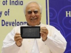 छात्रों के लिए आ गया 2,250 रुपए का टैबलेट लैपटॉप 'आकाश'