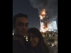 जलते होटल के सामने सेल्फी लेने वाले जोड़े को लोगों ने कहा मूर्ख