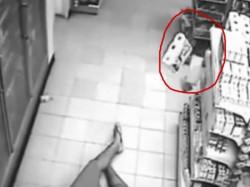 कैमरे में कैद हुआ दुकान के फ्रिज से निकला भूत, ग्राहक को बनाया शिकार