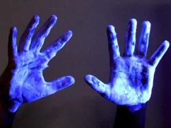 फोन की एलईडी लाइट को ब्लू पेंट किया, तो रिजल्ट कुछ ऐसा आया!