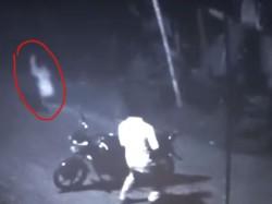 रास्ते में भूत देख भागा लड़का, सीसीटीवी कैमरे में कैद हुए दोनों