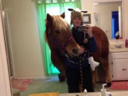सेल्फी के चक्कर में घोड़े को ले आई बाथरूम में